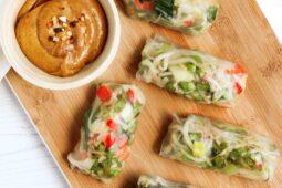 Springrolls of lenterolletjes met pinakaassausje – recept