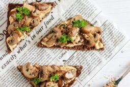 Snelle toast met hummus en champignons – recept