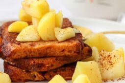 Wentelteefjes van peperkoek met gebakken appeltjes – recept